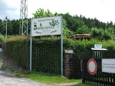 Eingang zum Hauptweg der Gartenanlage Bergidyll Flöha